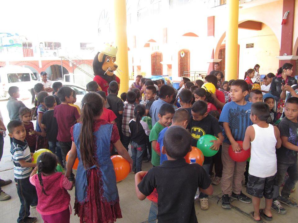 Con mucha alegría los Reyes Magos de la Universidad Nacionalista México y Leo se hicieron presentes en la comunidad de Magdalena Teitipac, perteneciente al municipio de Tlacolula de Matamoros, para hacer entrega de los juguetes recaudados en el Baúl de Leo,