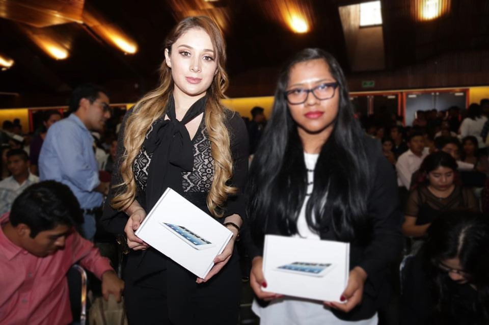Durante la firma de Convenio de Colaboración Académica entre nuestra Universidad Nacionalista México y el Instituto de la Juventud del Estado de Oaxaca (INJEO), fue reconocida nuestra estudiante de la Maestría en Derecho Constitucional y Amparo, quien obtuvo el mejor promedio de su generación a nivel Licenciatura: Daniela Díaz Maldonado.